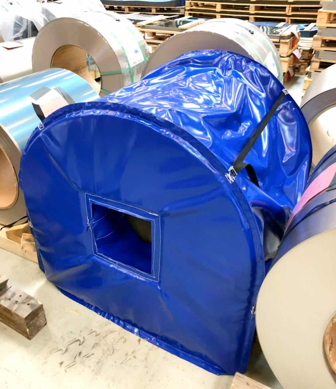 Beskyttelseshætte er specialfremstillet. Den kan reguleres i coilens bredde og holder faconen ved brug over mindre coiler, da der er syet LD29 skum i hver ende.