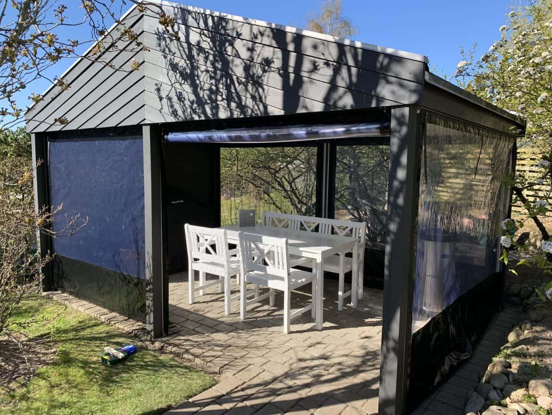pavillon med sorte sider
